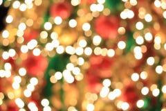 Árbol de navidad en fondo de oro ligero abstracto del bokeh Foto de archivo libre de regalías