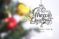 Árbol de navidad en fondo de oro ligero del bokeh con Feliz Navidad del texto Fotos de archivo