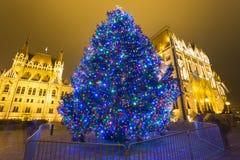 Árbol de navidad en Front Off Parliament Building, en Kossuth Squa imagen de archivo libre de regalías