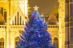 Árbol de navidad en Front Off Parliament Building, en Kossuth Squa imagen de archivo