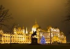 Árbol de navidad en Front Off Parliament Building, en Kossuth Squa fotografía de archivo