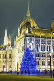 Árbol de navidad en Front Off Parliament Building, en Kossuth Squa fotografía de archivo libre de regalías