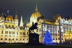Árbol de navidad en Front Off Parliament Building, en Kossuth Squa Foto de archivo libre de regalías