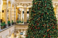 Árbol de navidad en la alameda de compras durante vacaciones de invierno Fotos de archivo
