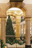 Árbol de navidad en la alameda de compras durante vacaciones de invierno Imagen de archivo libre de regalías