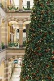 Árbol de navidad en la alameda de compras durante vacaciones de invierno Imágenes de archivo libres de regalías