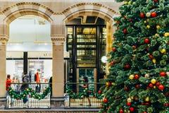 Árbol de navidad en la alameda de compras durante vacaciones de invierno Fotografía de archivo