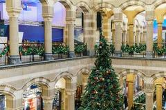 Árbol de navidad en la alameda de compras durante vacaciones de invierno Foto de archivo libre de regalías