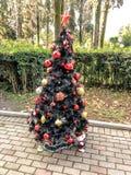 Árbol de navidad en la calle adornado con las gotas imagen de archivo