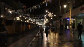 Árbol de navidad en la calle, miércoles 13 de diciembre de 2017 Piotrkows Imágenes de archivo libres de regalías