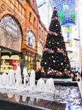 Árbol de navidad en la ciudad imagen de archivo