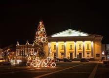 Árbol de navidad en la ciudad Hall Square, Vilna, Lituania Imagen de archivo libre de regalías