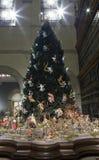 Árbol de navidad en la escultura medieval Pasillo dentro del museo de arte metropolitano NYC fotografía de archivo