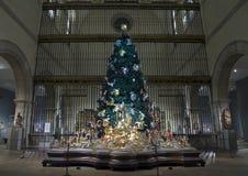 Árbol de navidad en la escultura medieval Pasillo dentro del museo de arte metropolitano NYC fotos de archivo