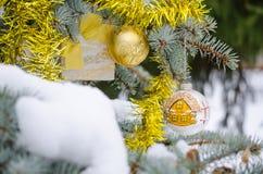 Árbol de navidad en la nieve Foto de archivo libre de regalías