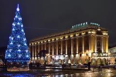 Árbol de navidad en la noche de Astoria del hotel Imagen de archivo