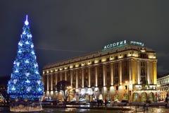 Árbol de navidad en la noche de Astoria del hotel Imagenes de archivo