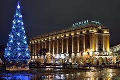 Árbol de navidad en la noche de Astoria del hotel Imagen de archivo libre de regalías
