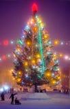 Árbol de navidad en la plaza imagen de archivo libre de regalías