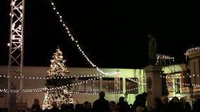 Árbol de navidad en la plaza principal del ` s de la ciudad en Klaipeda, Lituania almacen de metraje de vídeo