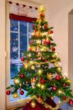 Árbol de navidad en la sala de estar Fotos de archivo libres de regalías