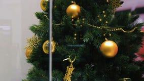 Árbol de navidad en la ventana de la tienda metrajes