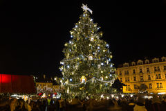 Árbol de navidad en la vieja plaza en Praga Imagen de archivo