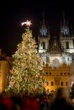 Árbol de navidad en la vieja plaza en Praga Imagen de archivo libre de regalías