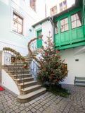 Árbol de navidad en la vieja plaza en Praga Foto de archivo
