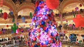 Árbol de navidad en las galerías Lafayette almacen de video