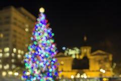 Árbol de navidad en las luces pioneras de Bokeh del cuadrado del tribunal Imagen de archivo libre de regalías