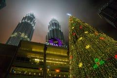 Árbol de navidad en las torres de Petronas Fotos de archivo