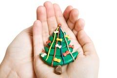 Árbol de navidad en manos fotos de archivo