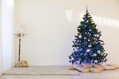 Árbol de navidad en regalos brillantes de un Año Nuevo del sitio Imagen de archivo