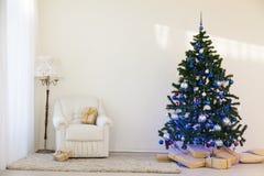 Árbol de navidad en regalos brillantes de un Año Nuevo del sitio Fotos de archivo