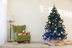 Árbol de navidad en regalos brillantes de un Año Nuevo del sitio Imagen de archivo libre de regalías