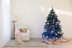 Árbol de navidad en regalos brillantes de un Año Nuevo del sitio Fotos de archivo libres de regalías