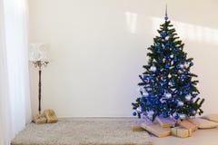 Árbol de navidad en regalos brillantes de un Año Nuevo del sitio Imagenes de archivo