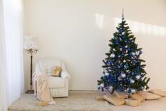 Árbol de navidad en regalos brillantes de un Año Nuevo del sitio Imágenes de archivo libres de regalías