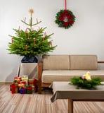 Árbol de navidad en sala de estar Imagenes de archivo