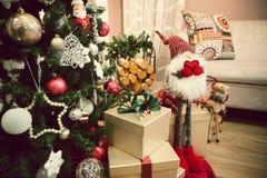 Árbol de navidad en un cierre de la casa de la familia para arriba Imagen de archivo libre de regalías