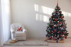 Árbol de navidad en un cuarto blanco para la Navidad con los regalos Fotografía de archivo libre de regalías