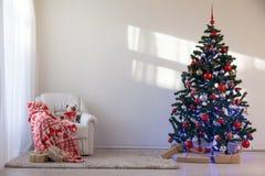 Árbol de navidad en un cuarto blanco para la Navidad con los regalos Imagen de archivo