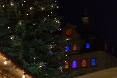 árbol de navidad en un mercado de Navidad del advenimiento en ciudad histórica Imagen de archivo