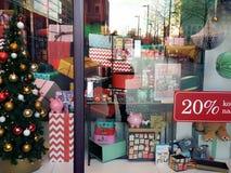 Árbol de navidad en una exhibición de la tienda Fotografía de archivo libre de regalías