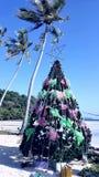 Árbol de navidad en una playa Imágenes de archivo libres de regalías