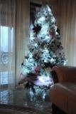 Árbol de navidad encendido en hogar Imagen de archivo libre de regalías