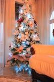 Árbol de navidad encendido en hogar Fotografía de archivo