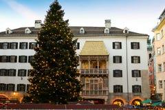 Árbol de navidad enorme delante del tejado de oro en Austria Fotografía de archivo