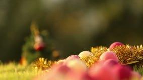 Árbol de navidad entre las guirnaldas y los globos metrajes
